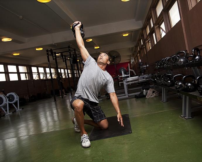 Entraînement des muscles abdominaux pour les étudiants avancés avec le rouleau abdominal